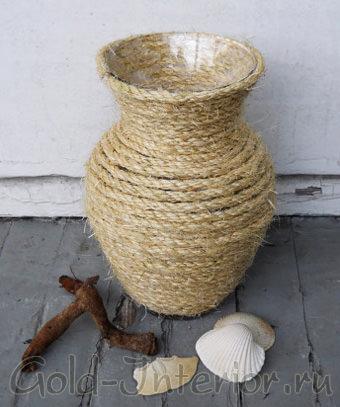 Стеклянная ваза, декорированная плотной верёвкой