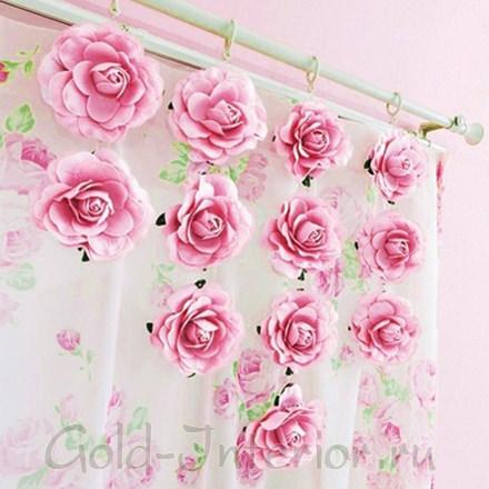 Самодельные цветы на розовых шторах