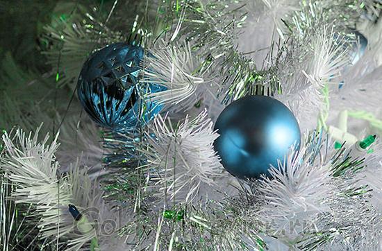 Серебристая ёлка с синими шариками