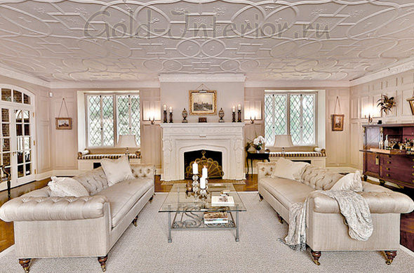 Серебристый диван + белые предметы интерьера