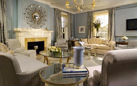 Серебристый диван в классическом интерьере