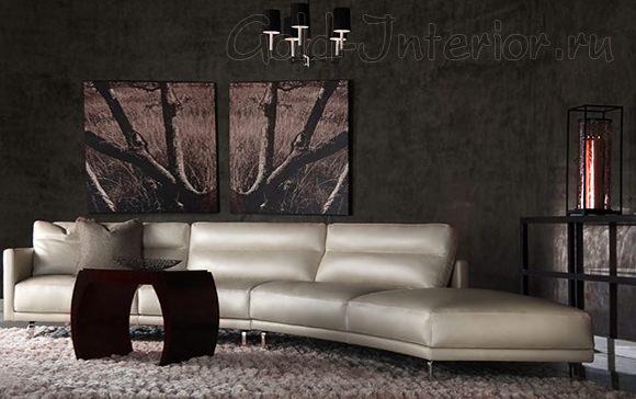 Серебристый диван в коричневом интерьере