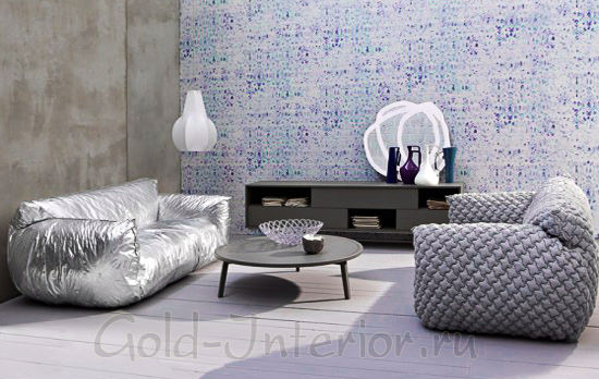 Серебристый и серый диваны в гостиной