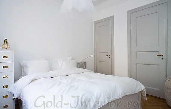 Серые двери в белом интерьере