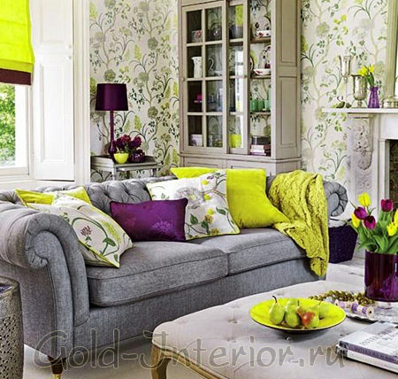 Серый диван с фиолетовыми и жёлтыми подушками