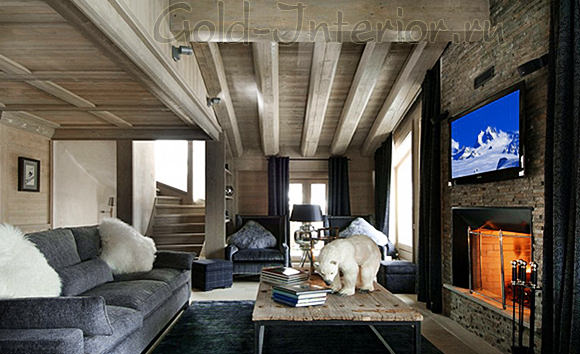 Серый диван в гостиной стиля шале