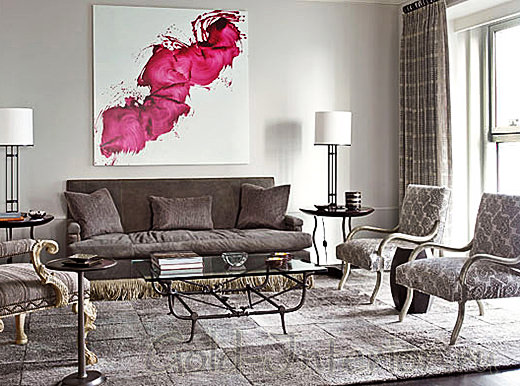 Серый интерьер и розовая картина