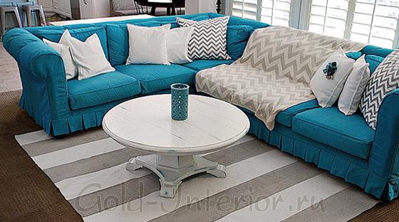 Серо-бежевый текстиль и бирюзовый диван