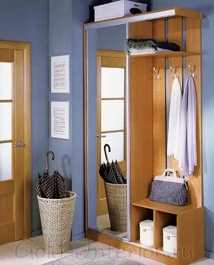 Шкаф с зеркальной створкой и открытые вешалки