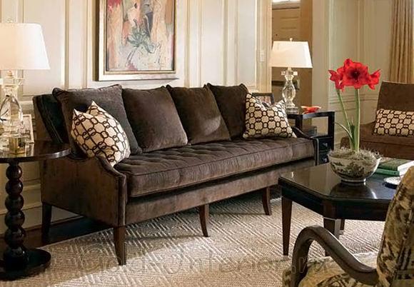 Шоколадный диван в бежевом интерьере