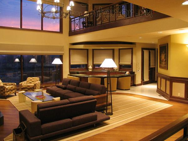 Шоколадный диван в интерьере