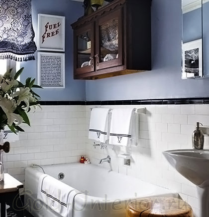 Синий цвет и чёрно-белые полоски в ванной