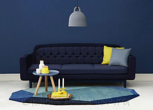 Синий диван и стена + жёлтые предметы интерьера