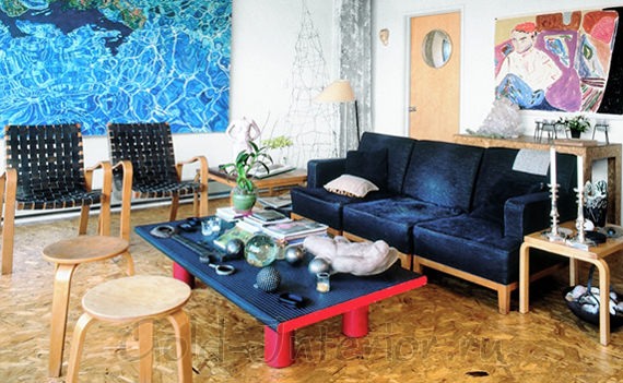 Синий диван с обивкой из бархата