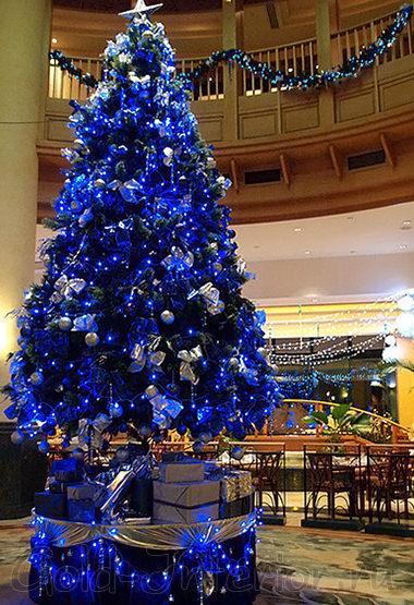 Синяя новогодняя ёлка с синей гирляндой
