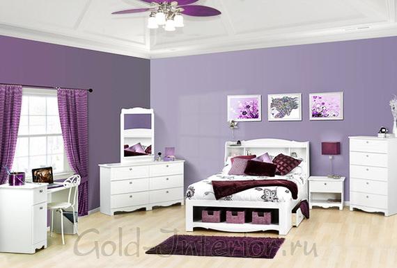 Сиреневые стены, пол белёный дуб и белая мебель в детской