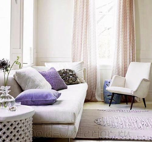 Сиреневый цвет с белыми оттенками в шведской гостиной