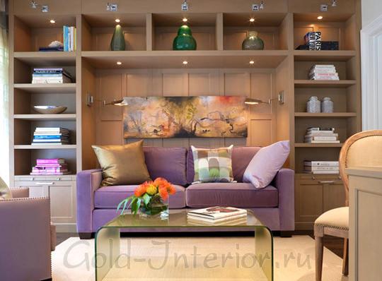 Сиреневый диван + трюфельный оттенок мебели