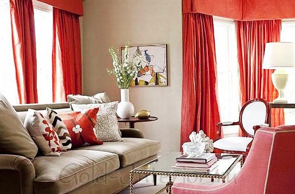 Сочетание бежевого дивана с красными шторами