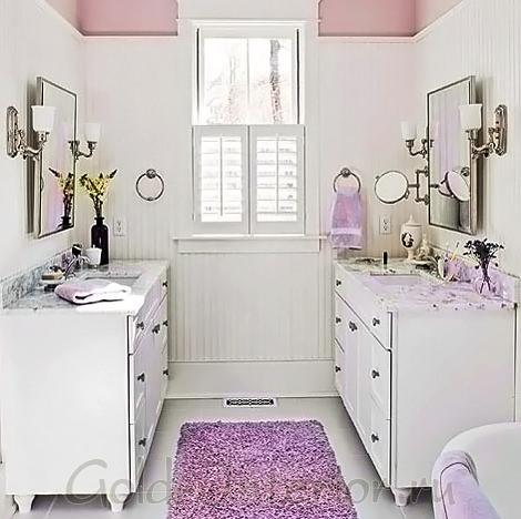 Сочетание фиалкового цвета с белым в интерьере ванной