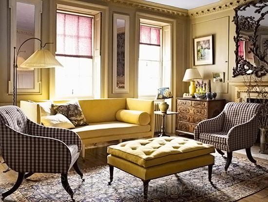 Сочетание жёлтого дивана с серыми предметами интерьера