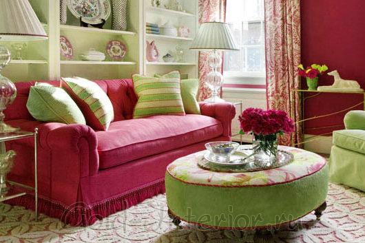 Сочетание розового и мятного в дизайне гостиной