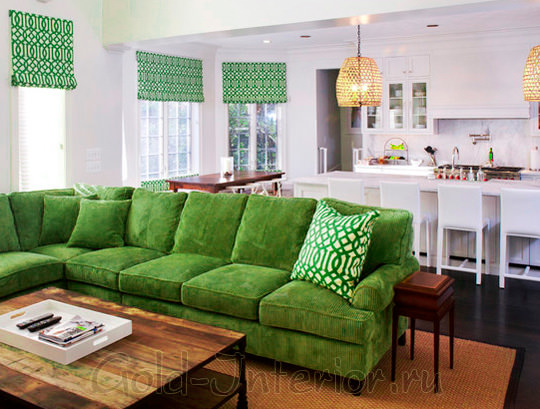 Сочный зелёный цвет дивана в интерьере студии