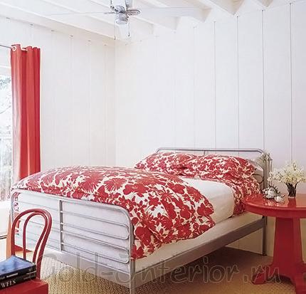 Спальная комната цвета клубники с молоком
