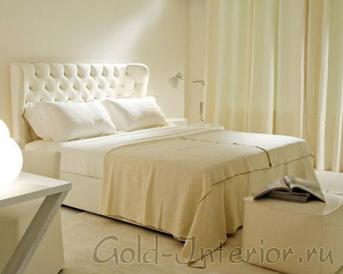 Спальня, оформленная в бело-молочной цветовой палитре