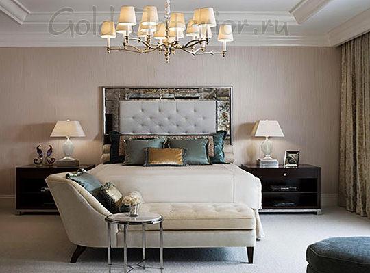 Спальня в пастельных тонах с тёмной корпусной мебелью