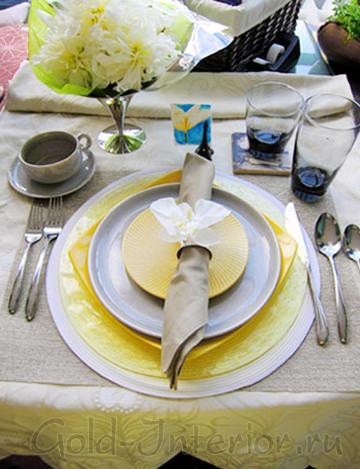 Спокойный серый и пыльный лимонный цвет в сервировке стола