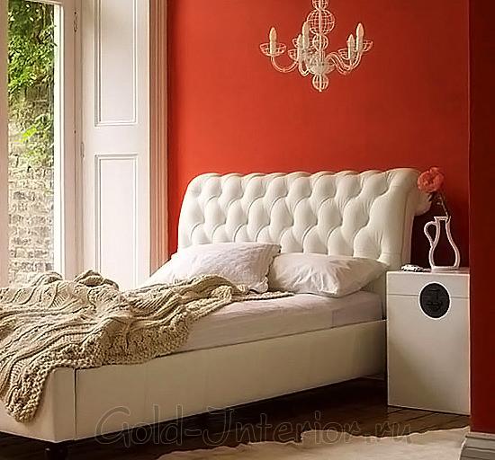Стена в спальне томатного цвета