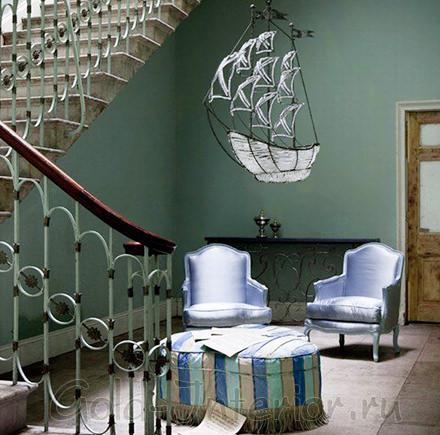 """Стены павлинового оттенка и бледно-синяя """"переливающаяся"""" мебель"""