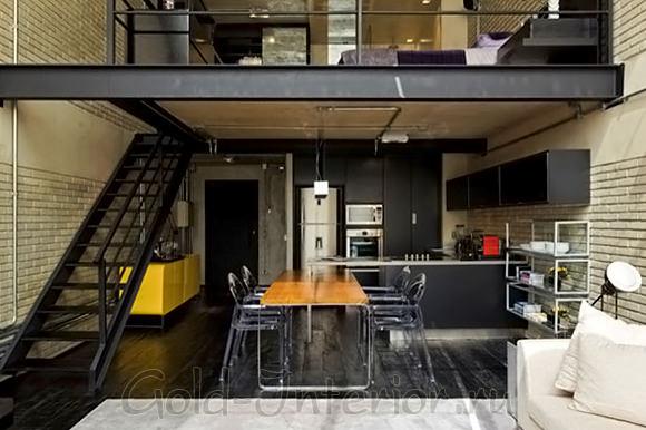 Светлая кирпичная кладка в интерьере двухэтажной квартиры