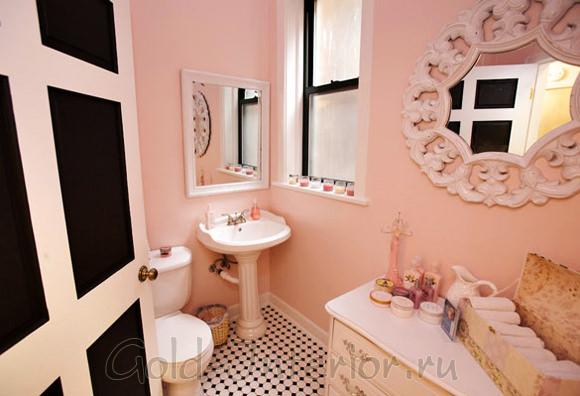 Светлый розовый, белый и чёрный цвета в интерьере туалета