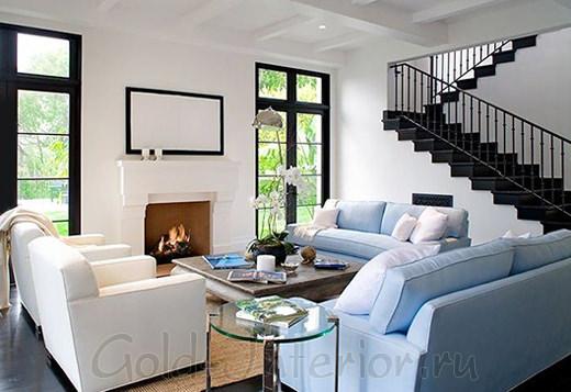 Светло-голубой диван в гостиной