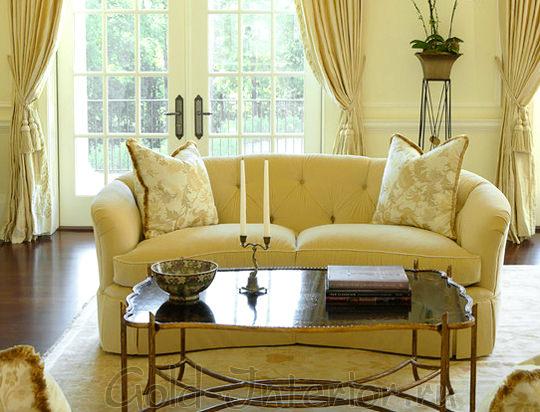 Светло-жёлтый диван в светлом интерьере
