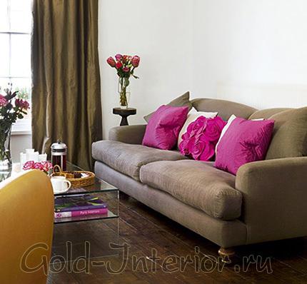 Светло-кофейный диван и подушки цвета фуксии