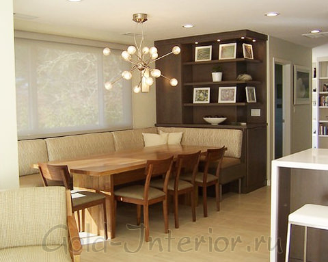 Светло-коричневый диван - практичный вариант для кухни