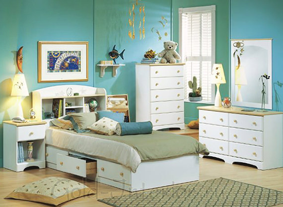 Светло-ореховый пол, голубые стены, белая мебель, жёлтые аксессуары