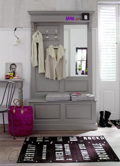 Светло-серая мебель + белая отделка + яркие аксессуары