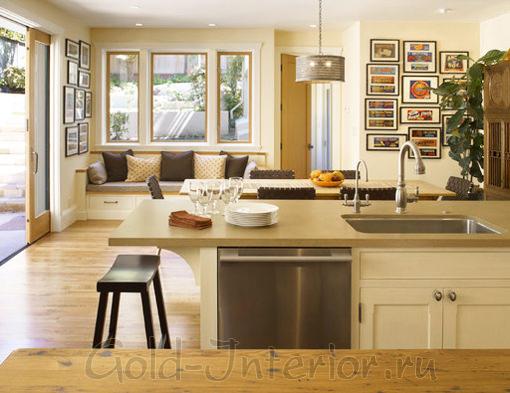 Светло-серый диванчик в бежевом интерьере кухни
