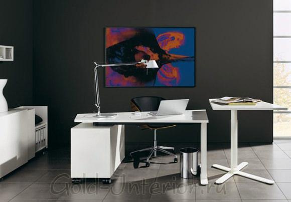 Светло-серый пол, тёмно-серые стены и белоснежная мебель в прихожей