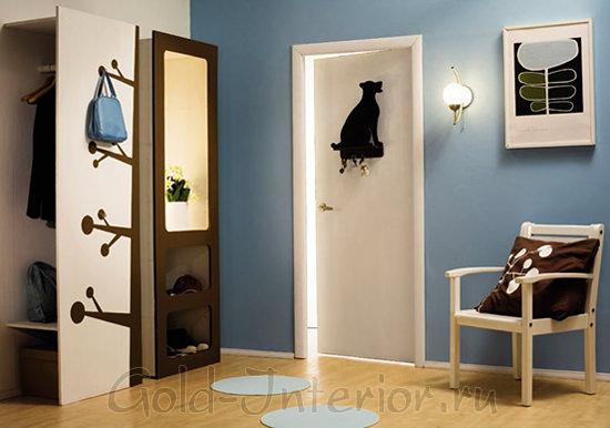 Светло-синий, белый, шоколадный цвета в интерьере коридора
