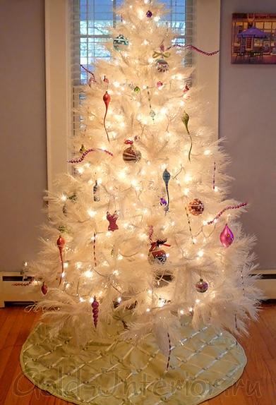 Светодиодная гирлянда нить на белой новогодней ёлке