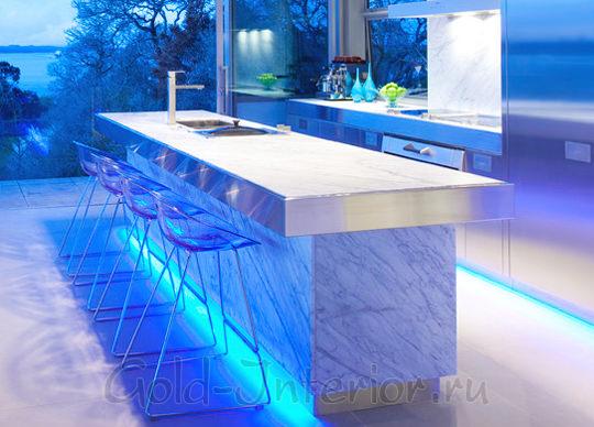 Светодиодная лента голубого цвета в интерьере кухни