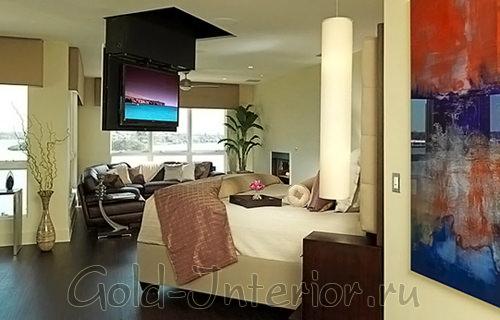 Опускающийся с потолка экран в интерьере спальни