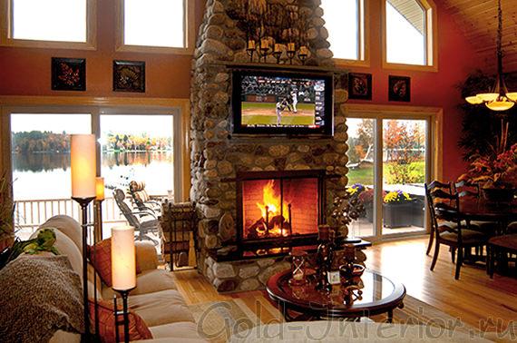 Телевизор расположен над камином в гостиной