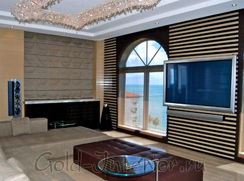 Телевизор на фоне полосатых обоев в интреьере гостиной