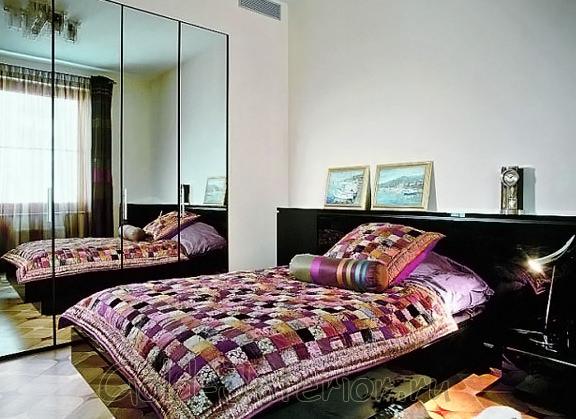 Чёрная глянцевая мебель в дизайне интерьера спальни